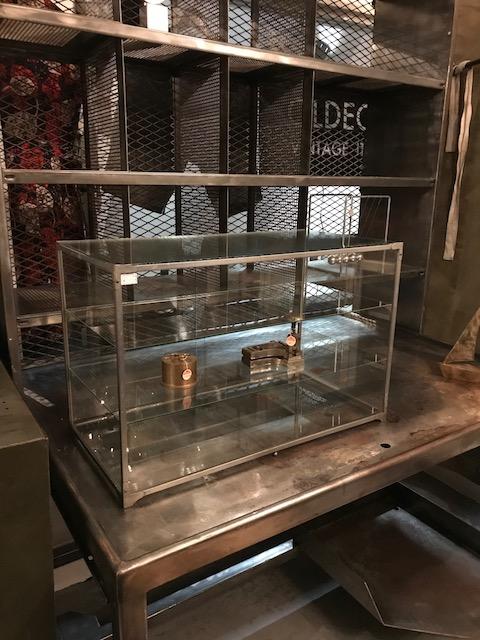 鉄枠のガラスケース