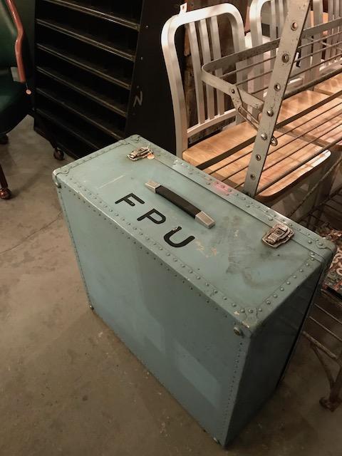 金属製のトランクケース
